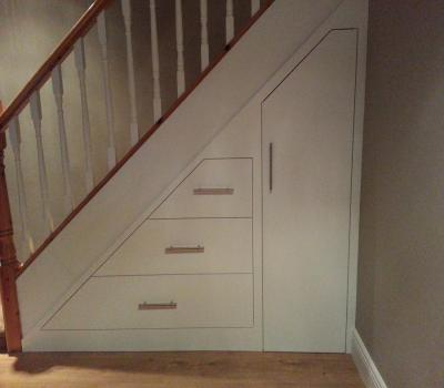 Custom made under stairs storage solution - Fabriquer rangement mural ...